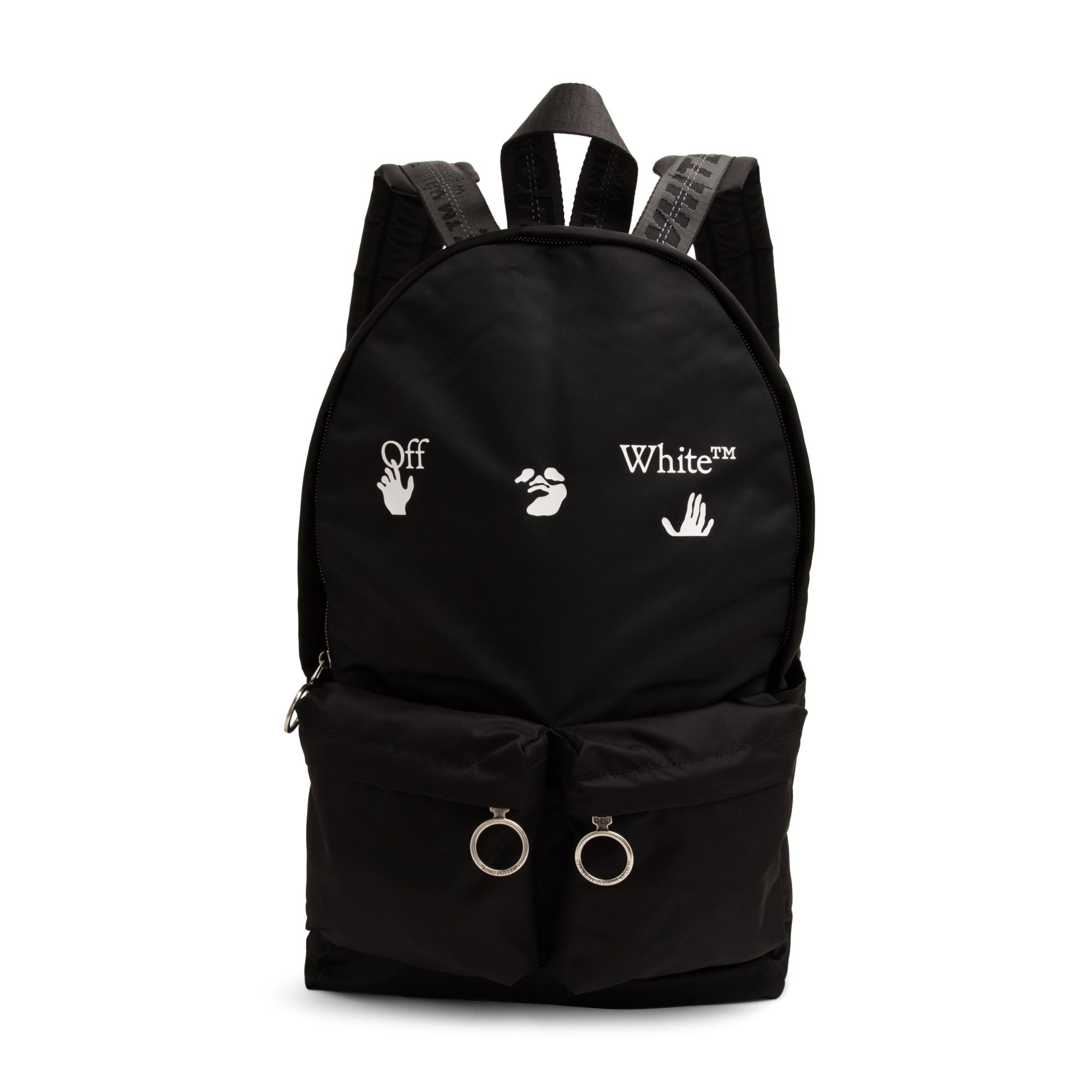 حقيبة ظهر مزينة بشعار
